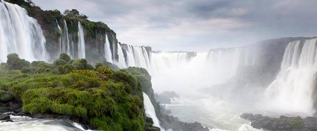 Водопады на реке Игуасу на границе Бразилии и Аргентины